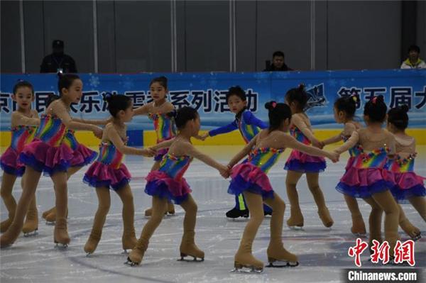 大众冰雪北京公开赛首次举行花滑队列滑比赛